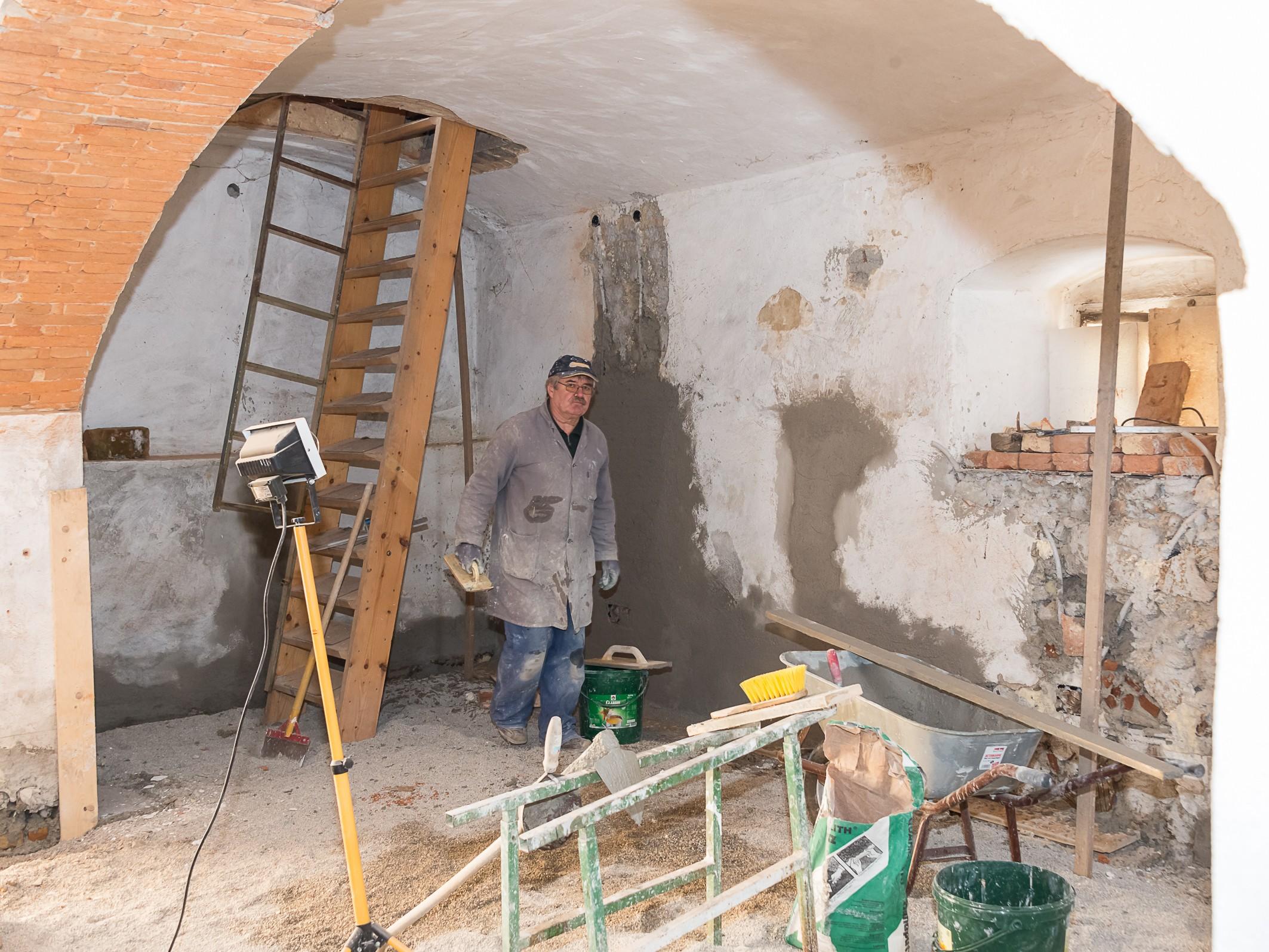 Josef Hiden beim Sanieren der Mauern