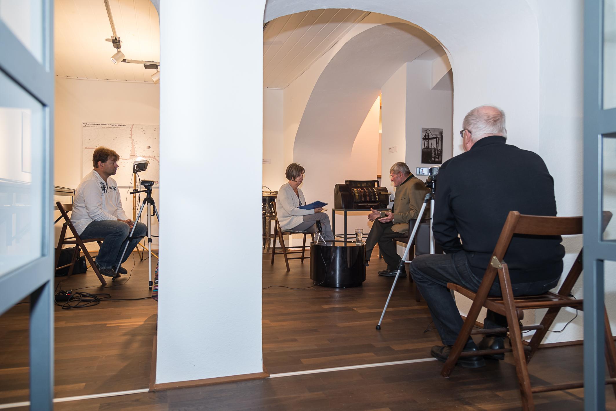 Interview mit Zeitzeugen - Bild Herbert Hanz und Ton Oskar Burgstaller begleiten Elisabeth Wildberger beim Interview mit Hans Ruspeckhofer